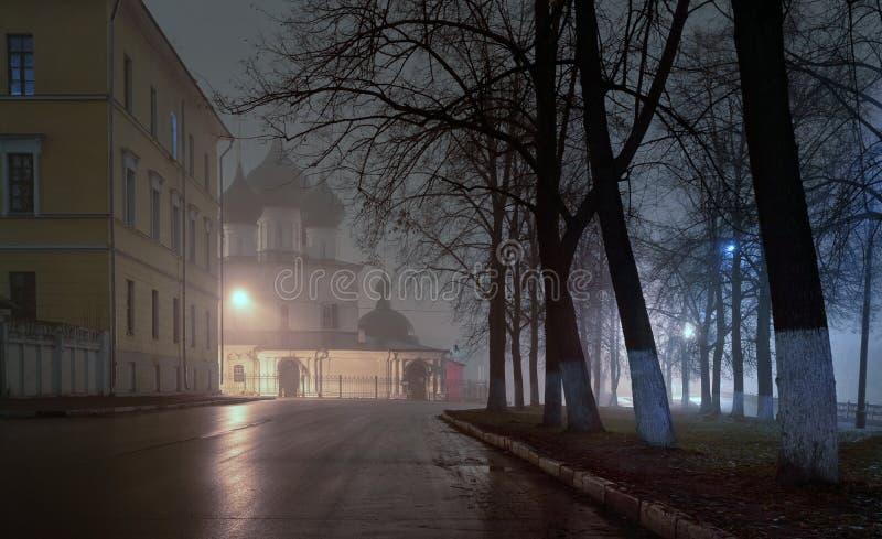 Iglesia de piedra antigua en el centro de la ciudad en la noche en la niebla yaroslavl foto de archivo