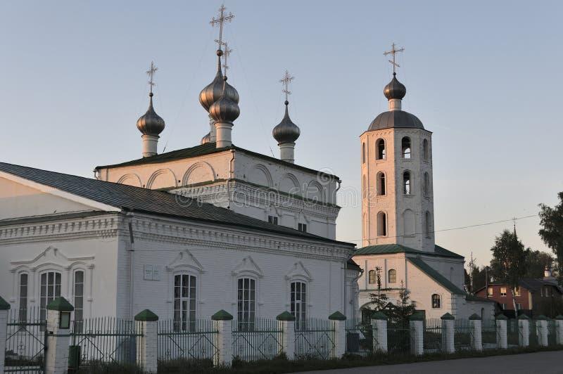 Iglesia de piedra blanca cristiana ortodoxa en Rusia en los bancos del río Volga en un día de verano por la tarde fotografía de archivo libre de regalías