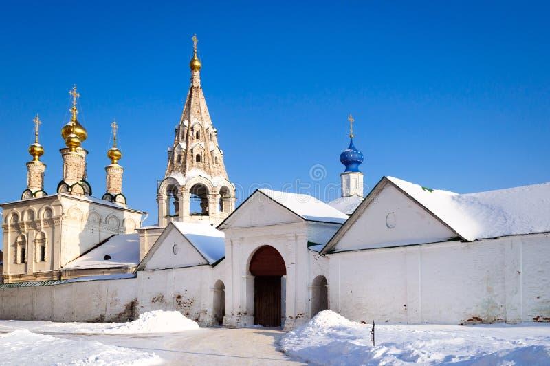 Iglesia de piedra cinco-abovedada y campanario triste, Ryazan de la epifanía imagenes de archivo