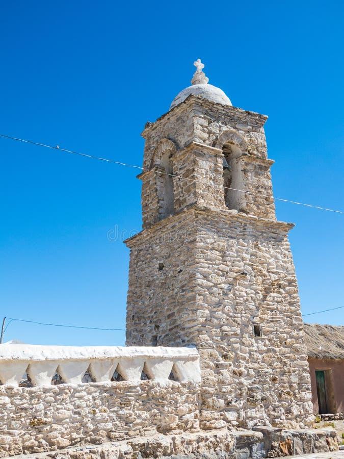Iglesia de piedra del pueblo de Sajama La pequeña ciudad andina de Sajama, boliviano Altiplano 3d ilustración tridimensional muy  foto de archivo libre de regalías