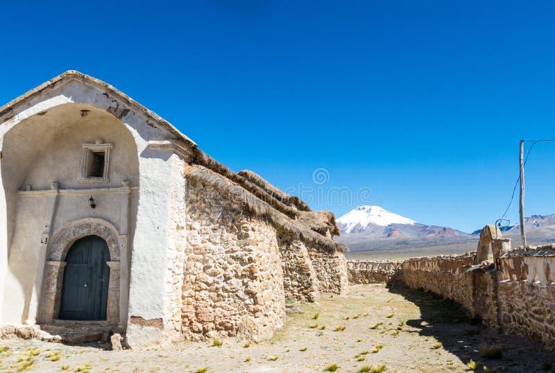 Iglesia de piedra del pueblo de Sajama La pequeña ciudad andina de Sajama, boliviano Altiplano 3d ilustración tridimensional muy  fotografía de archivo libre de regalías