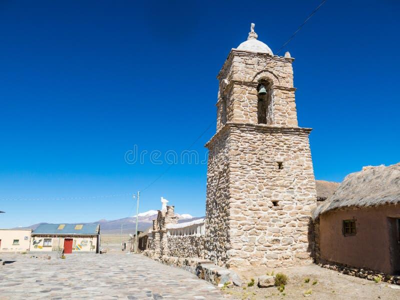 Iglesia de piedra del pueblo de Sajama La pequeña ciudad andina de Sajama, boliviano Altiplano 3d ilustración tridimensional muy  imagen de archivo