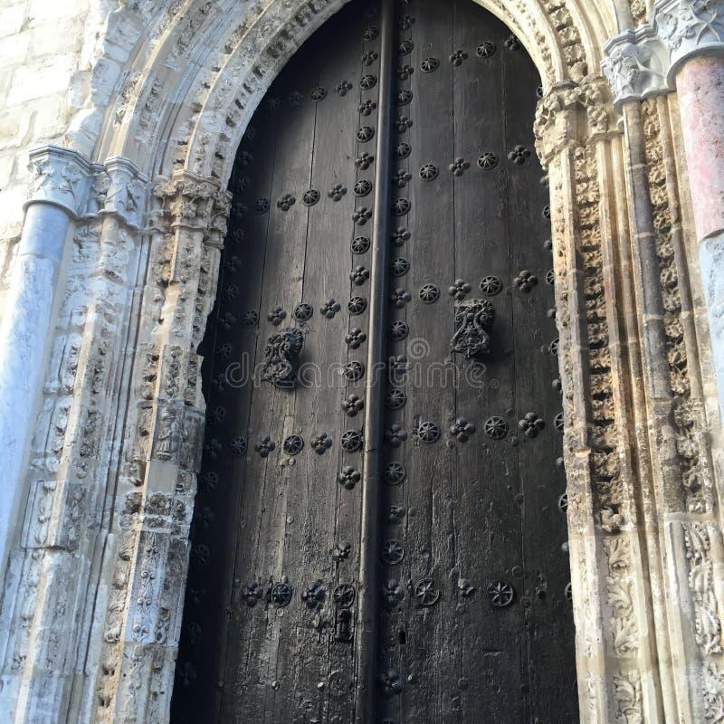 Iglesia de piedra vieja con la puerta de madera fotografía de archivo libre de regalías