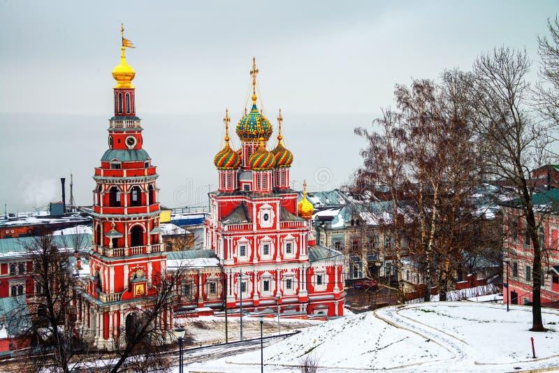 Iglesia de Rozhdestvenskaya con estilo arquitect?nico ?nico en Nizhny Novgorod, Rusia en invierno imagen de archivo
