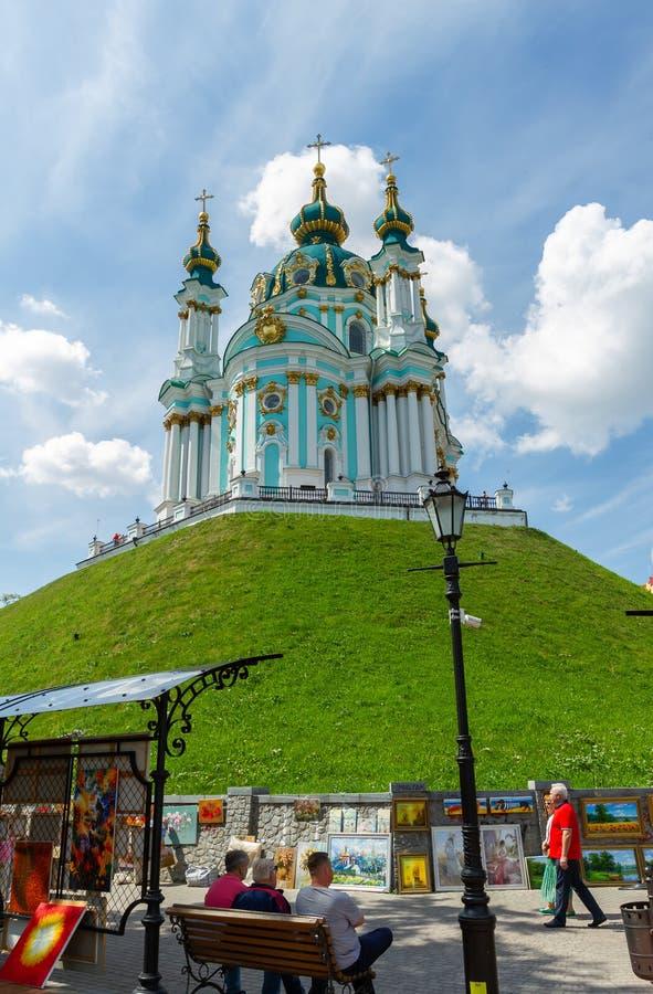 Iglesia de San Andrés con turistas en Kiev imagenes de archivo