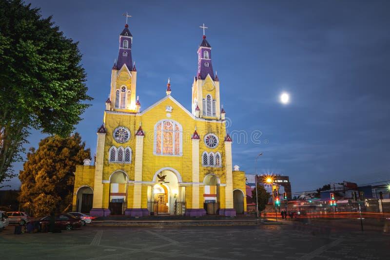 Iglesia de San Francisco y de la plaza de Armas Square en la noche - Castro, isla de Chiloe, Chile foto de archivo