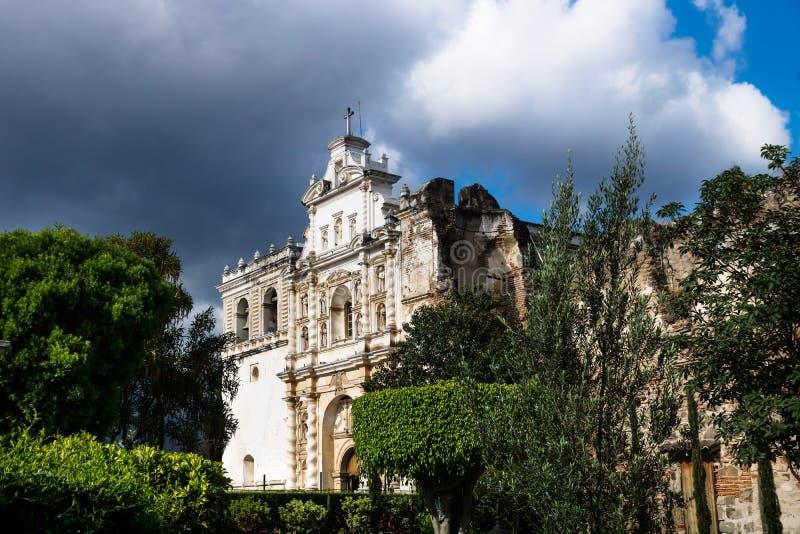 Iglesia de San Fransisco el Grande con el cielo dramático, Antigua, Guatemala fotos de archivo libres de regalías