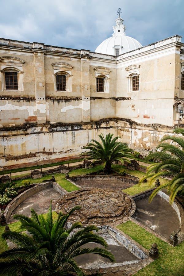 Iglesia de San Fransisco el Grande con el jardín del patio trasero, Antigua, Guatemala fotografía de archivo libre de regalías