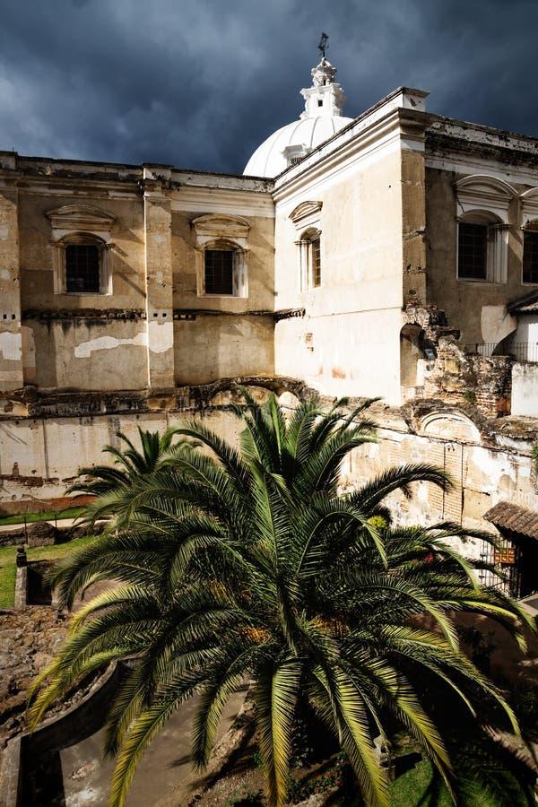 Iglesia de San Fransisco el Grande con la palmera enorme en el patio trasero, Antigua, Guatemala imagen de archivo