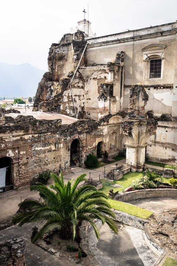 Iglesia de San Fransisco el Grande con el patio trasero, Antigua, Guatemala fotos de archivo