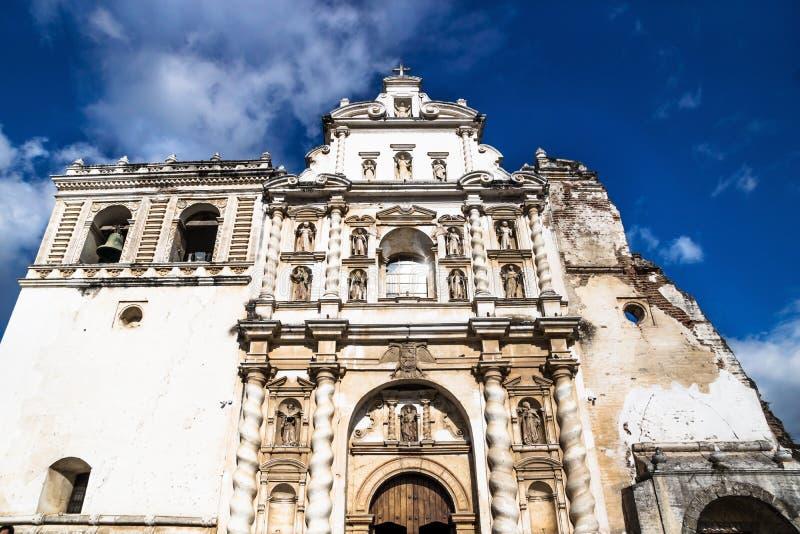 Iglesia de San Fransisco el Grande en el cielo azul, Antigua, Guatemala fotografía de archivo