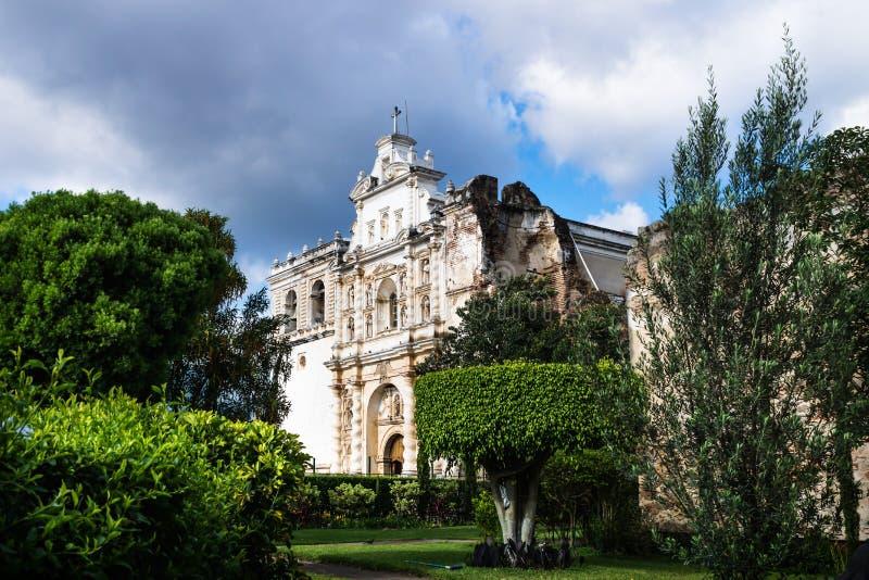 Iglesia de San Fransisco el Grande en el jardín diseñado, Antigua, Guatemala foto de archivo libre de regalías