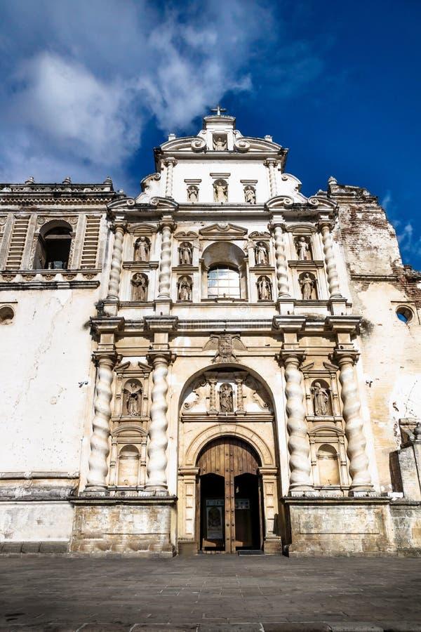 Iglesia de San Fransisco el Grande en vertical del cielo azul, Antigua, Guatemala foto de archivo