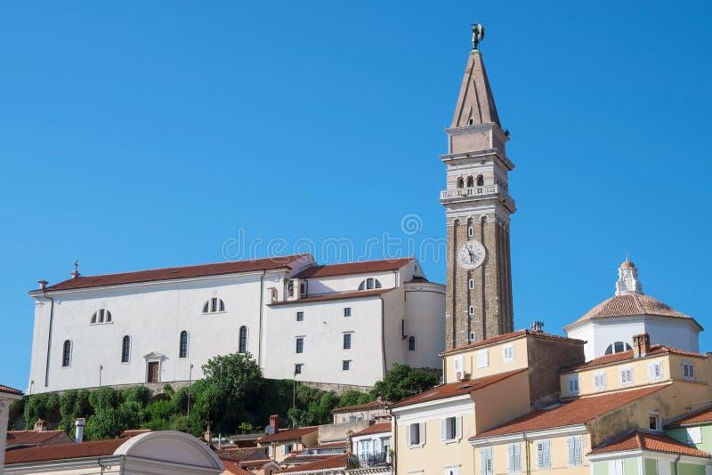Iglesia de San Jorge en Piran, Eslovenia foto de archivo