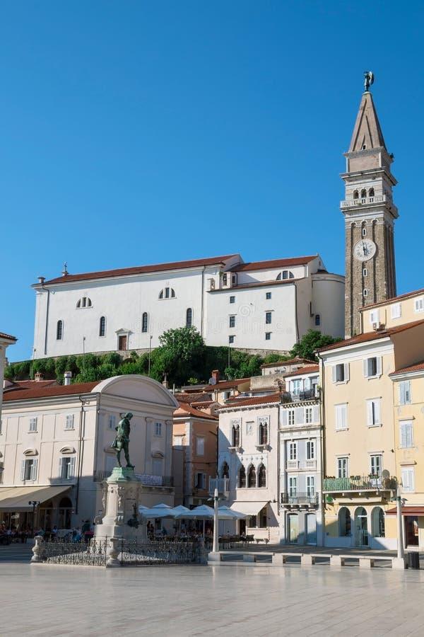 Iglesia de San Jorge y del cuadrado de Tartini en Piran, Eslovenia imagen de archivo