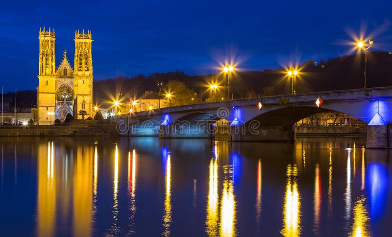 Iglesia de San Martín en Pont un Mousson Francia en la noche fotografía de archivo libre de regalías