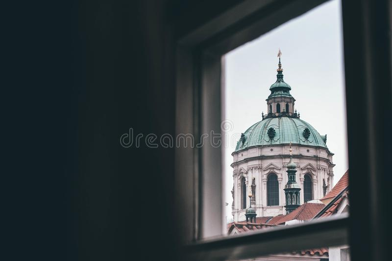 Iglesia de San Nicolás en Praga imagenes de archivo