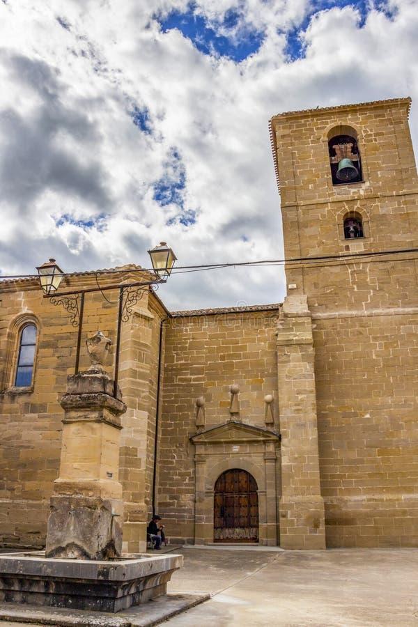 Iglesia de San Pedro или приходская церковь San Pedro с фонтаном в Castildelgado, Бургосе, Кастилии y Леон, Испании стоковые изображения