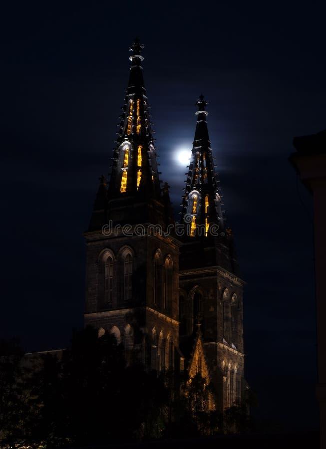 Iglesia de San Pedro y de Paul en Vysehrad en la luz de luna fotografía de archivo libre de regalías
