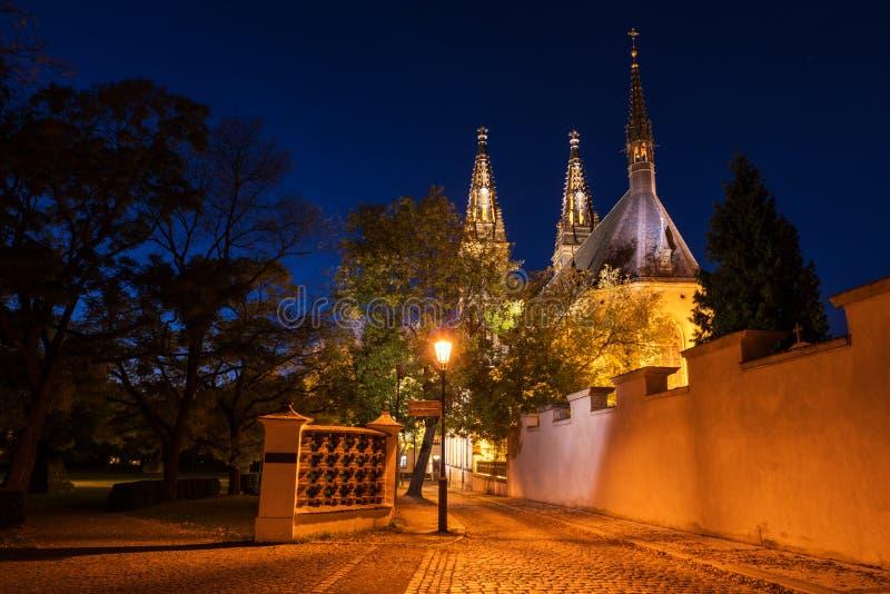 Iglesia de San Pedro y de San Pablo en la noche, Vysehrad, Praga, República Checa foto de archivo libre de regalías