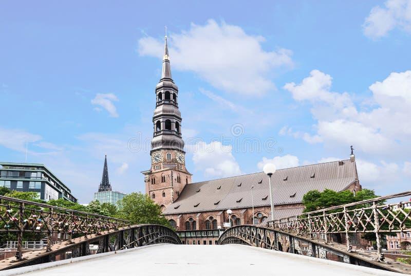 Iglesia de Sankt Katharinen con el puente en Hamburgo, Alemania imagenes de archivo
