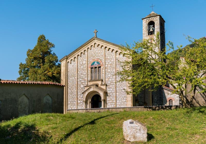 Iglesia de Sant Ambrogio en el pueblo Arcumeggia, Italia de los pintores fotos de archivo