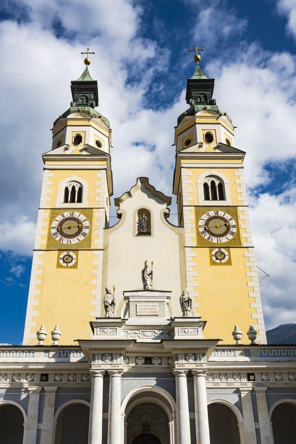 Iglesia de Santa Maria Assunta y de San Cassiano en Bressanono Brixen, Italia Contra el cielo nublado azul imagen de archivo