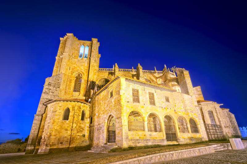 Iglesia de Santa Maria de la Asuncion en Castro Urdiales imagen de archivo