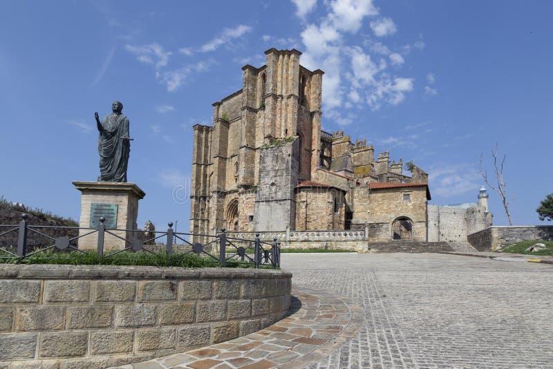 Iglesia de Santa Maria de la Asuncion, Castro Urdiales, Cantabria, España fotos de archivo