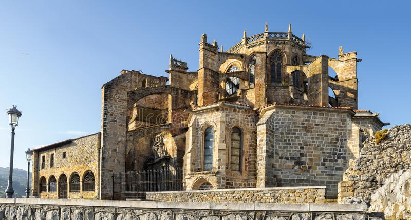Iglesia de Santa Maria de la Asuncion en la opinión panorámica de Castro Urdiales imagen de archivo