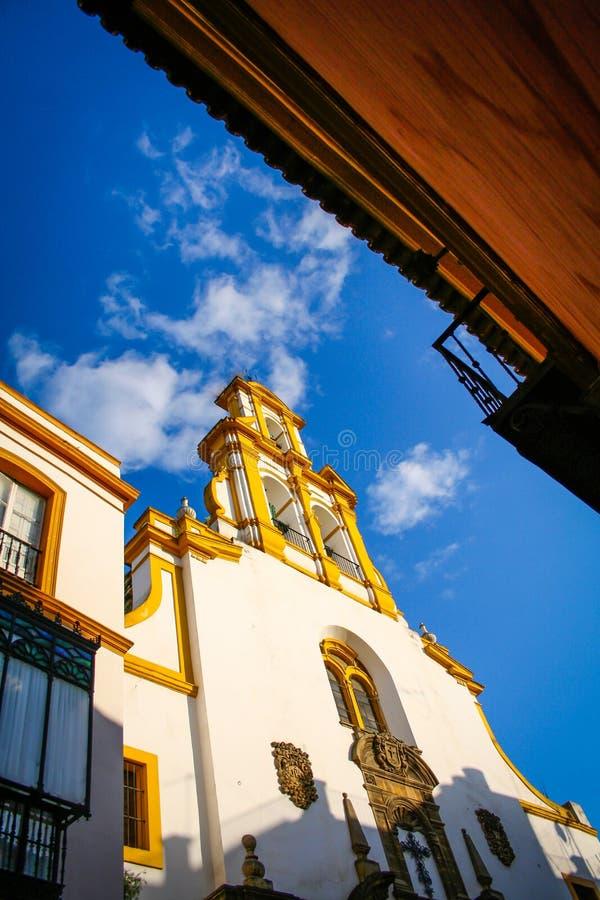 Iglesia de Sevilla con el cielo azul fotos de archivo libres de regalías