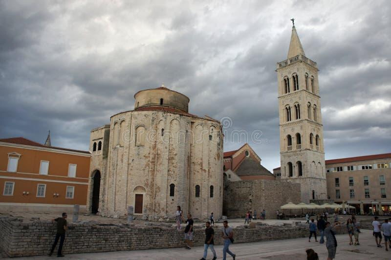 Iglesia de St Donatus en Zadar debajo del cielo nublado, Croacia imagenes de archivo