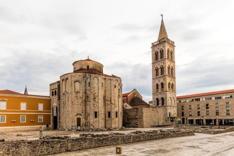 Iglesia de St Donatus y el campanario de la catedral de Zadar fotografía de archivo libre de regalías