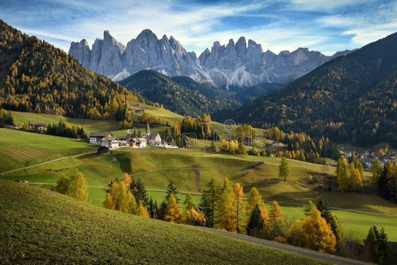 Iglesia de St Magdalena delante de los picos de montaña de las dolomías de Geisler o de Odle Val di Funes en el Tyrol del sur Ita fotos de archivo libres de regalías