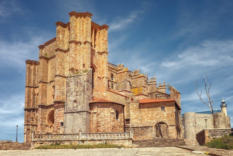 Iglesia de St Mary de la suposición, del castillo medieval y del lighth imagenes de archivo
