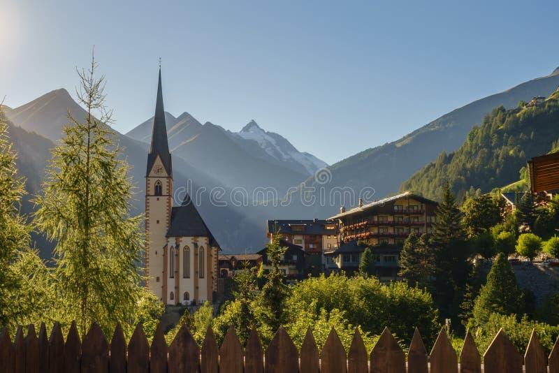 Iglesia de St Vincent contra la montaña de Grossglockner fotografía de archivo libre de regalías