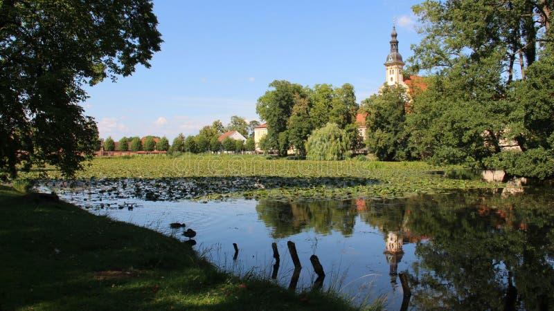 Iglesia de StMarien con Lotus Pond And Reflection imágenes de archivo libres de regalías