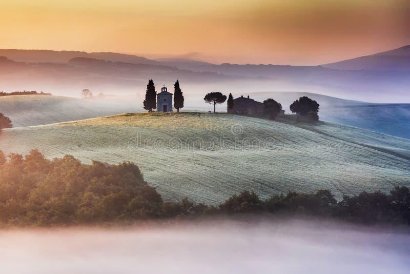Iglesia de Toscana en la colina fotografía de archivo libre de regalías