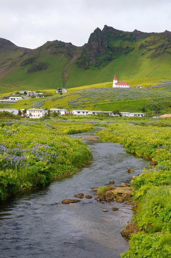 Iglesia de Vik i Myrdal en el pueblo Islandia, Europa de Vik fotografía de archivo