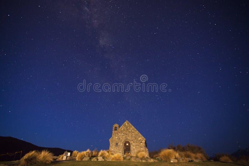Iglesia del buenos pastor y vía láctea foto de archivo