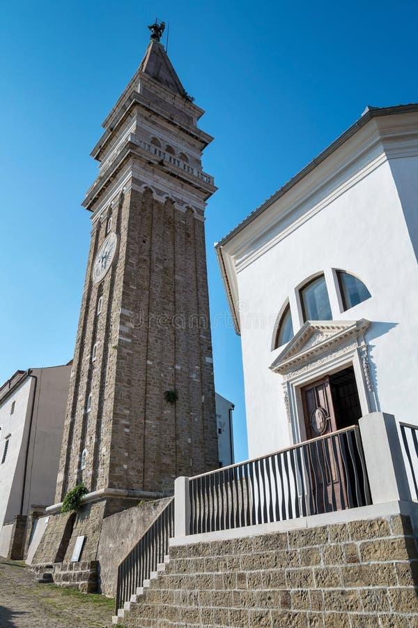 Iglesia del campanario de San Jorge en Piran, Eslovenia foto de archivo libre de regalías