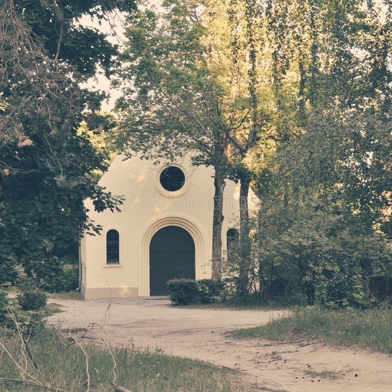 Iglesia del campo en el verano - cuadrado inmediato del vintage fotografía de archivo