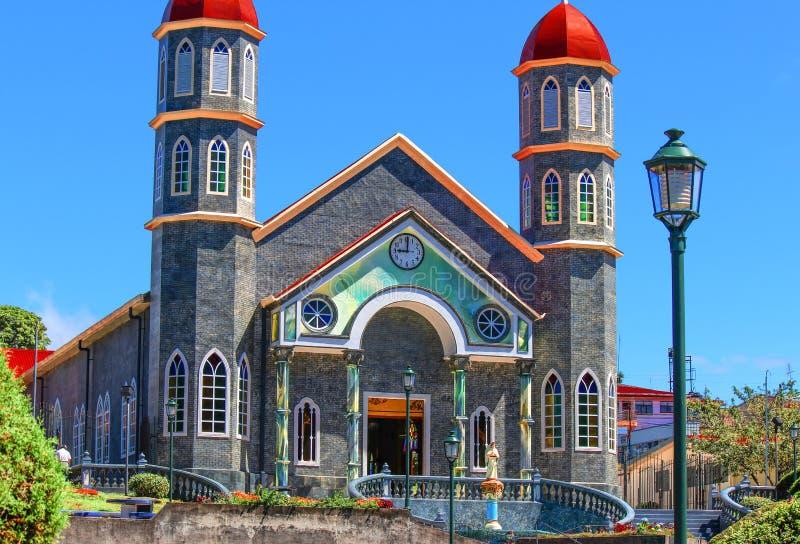 Iglesia del centro de ciudad en pequeño Costa Rican Village foto de archivo libre de regalías
