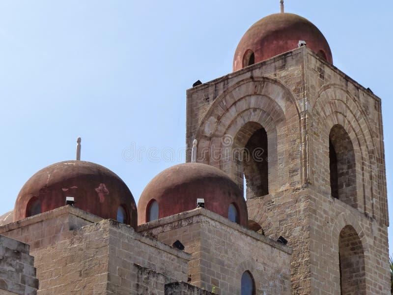 Iglesia del degli Eremiti de San Giovanni con 3 de las 5 pequeñas bóvedas rojas Palermo Italia imagen de archivo libre de regalías