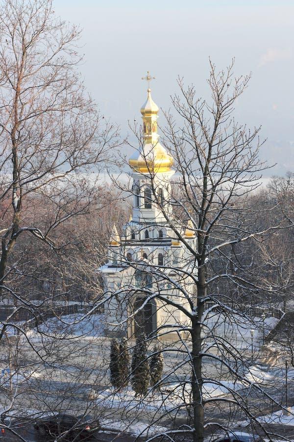 Iglesia del invierno de la foto en una ladera imagen de archivo