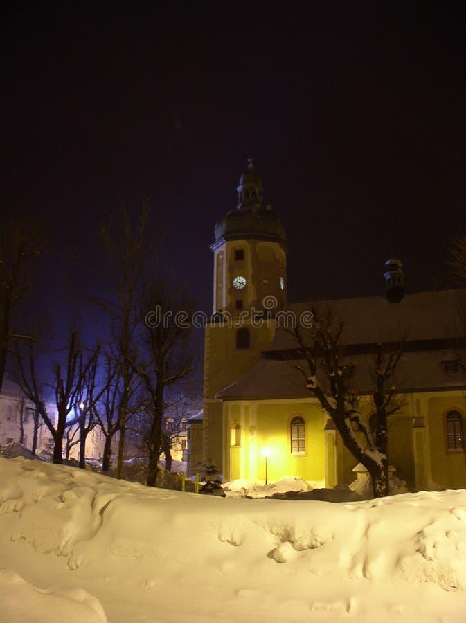 Iglesia del invierno en noche fotos de archivo