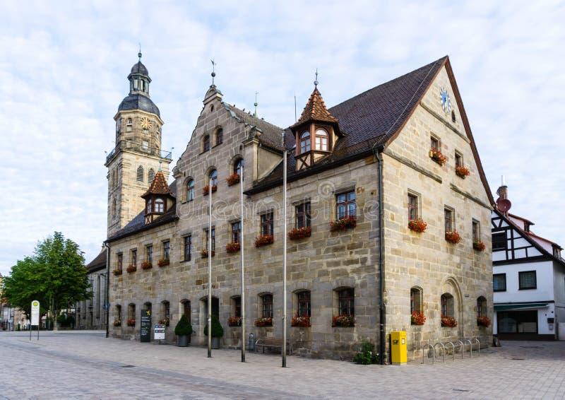 Iglesia del Laurentius y Ayuntamiento de Altdorf en Baviera Alemania imagenes de archivo