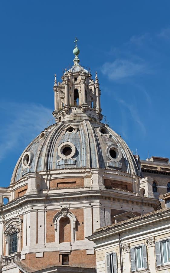 Iglesia del nombre m?s santo de Maria en el foro de Trajan y la columna del ` s de Trajan en Roma, Italia Di de Chiesa del Santis imágenes de archivo libres de regalías