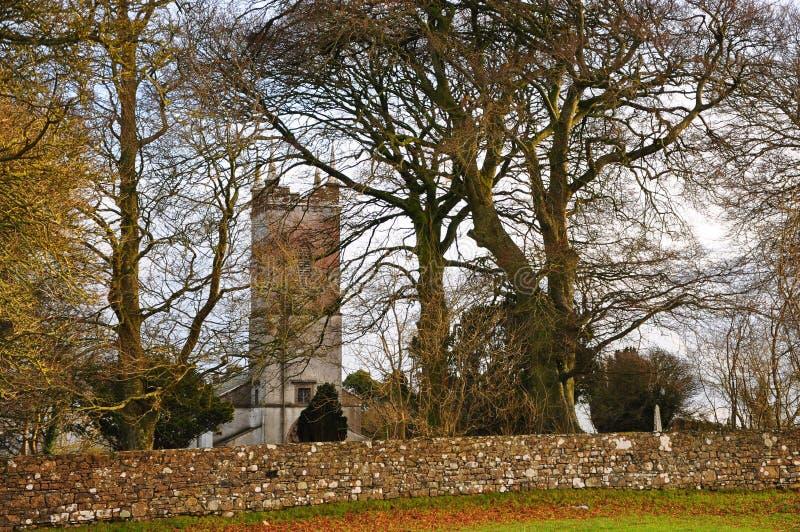 Iglesia del país viejo rodeada por los árboles fotografía de archivo libre de regalías