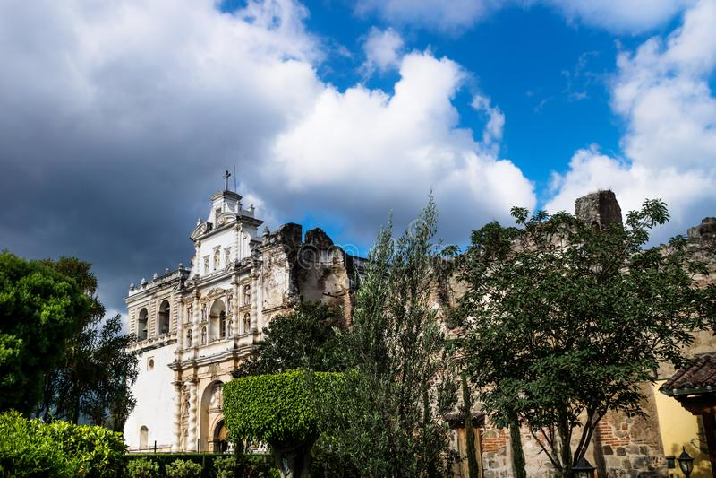 Iglesia del panorama de San Fransisco el Grande, Antigua, Guatemala imagen de archivo libre de regalías
